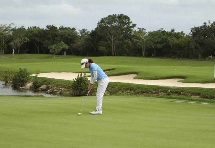 Mujeres yucatecas dan de qué hablar en el golf nacional. El torneo culminará este jueves, y se premiarán a todas las divisiones participantes. (Milenio Novedades)