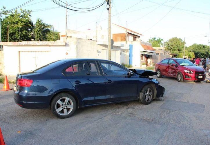El choque entre dos autos en las calles 17-A por 10 de la colonia Itzimná dejó varios lesionados, pero ninguno requirió que lo hospitalizaran. (Fotos: SIPSE)