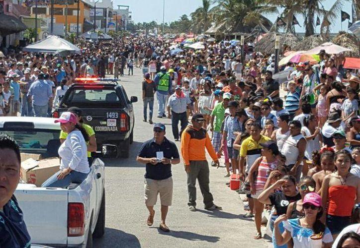 Miles de personas inundaron el malecón de Progreso para festejar este martes de 'batalla de las flores' del Carnaval 2017. (Gerardo Keb/Milenio Novedades)