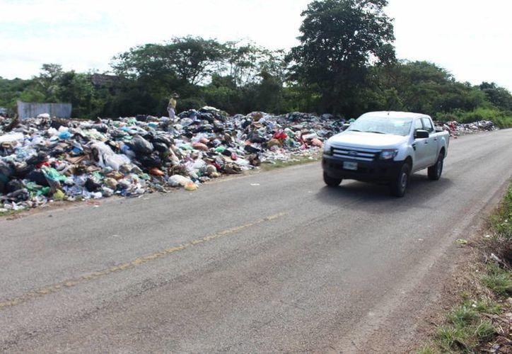 Los desechos ya invaden uno de los carriles de la vía federal. (Ángel Castilla/SIPSE)