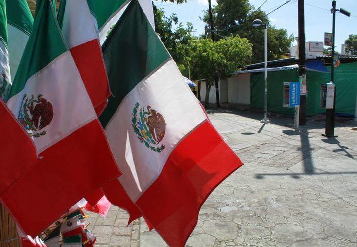 Las banderas ya se encuentran a la venta en diferentes puestos en Cancún. (Sergio Orozco/SIPSE)