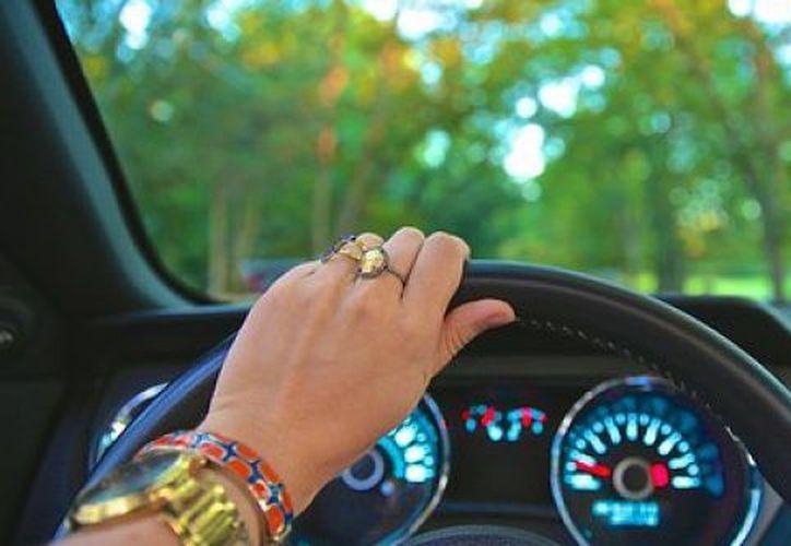 De acuerdo con el Centro de Experimentación y Seguridad Vial de Argentina, las mujeres protagonizan menos accidentes automovilísticos que los hombres.  (Contexto)