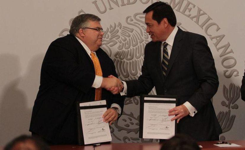 El gobernador del Banco de México (Banxico), Agustín Carstens (izq.), es el nuevo presidente del Comité Monetario y Financiero Internacional el FMI. En la imagen, saluda del secretario de Gobernación, Miguel Osorio Chong. (Archivo/NTX)
