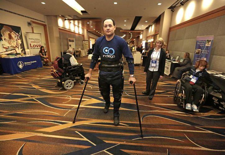 Michael Gore, paralizado de la ciuntura para abajo en un accidente de trabajo, camina gracias al robot portátil Indego. (Agencias)