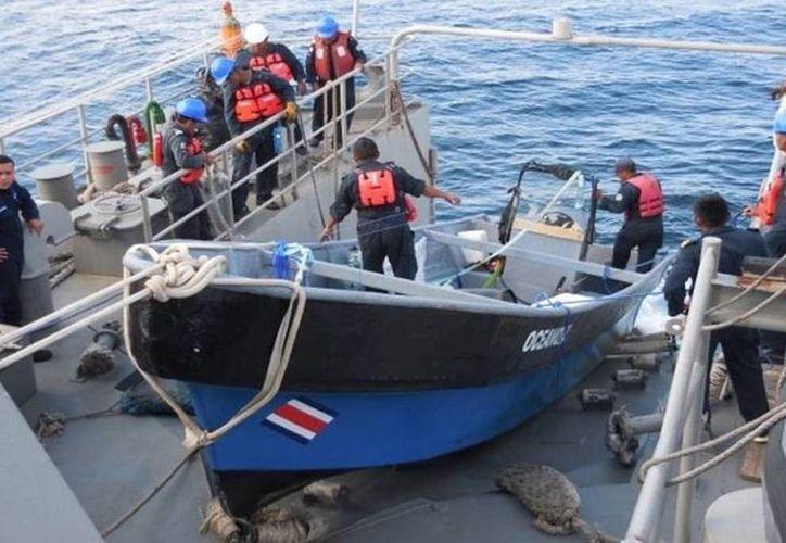 Dos náufragos de Costa Rica y uno de Colombia fueron rescatador en altamar, a la altura de Progreso, por elementos navales. (Fotos cortesía)