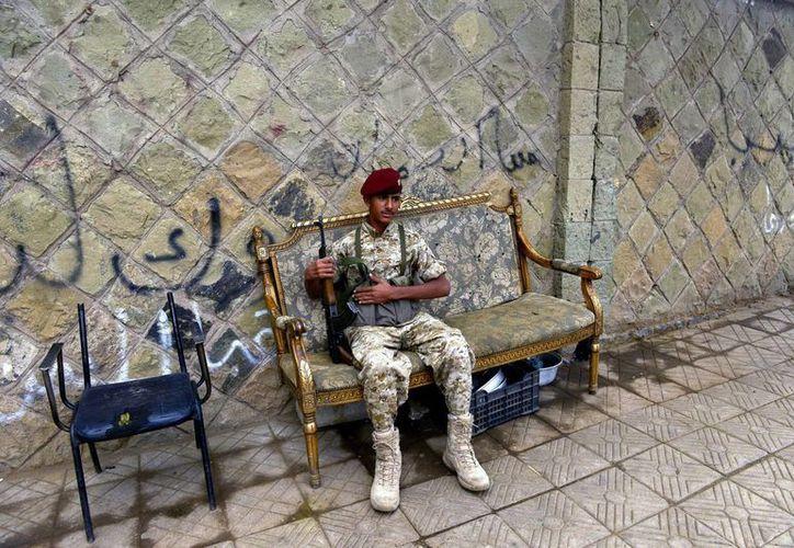 Un soldado yemení permanece en un puesto de control de Saná, en Yemen. (EFE)