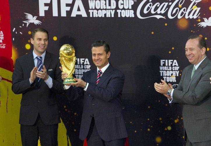 Al tocar la Copa de la FIFA, el presidente Enrique Peña dijo que 'tenemos una gran selección', a pesar del complicado proceso eliminatorio por el que logró su clasificación. (Notimex)
