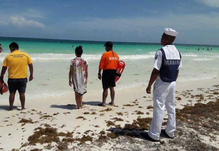 Personal de la Marina y guardavidas mantienen vigilancia en el litoral. (Sara Cauich/SIPSE)