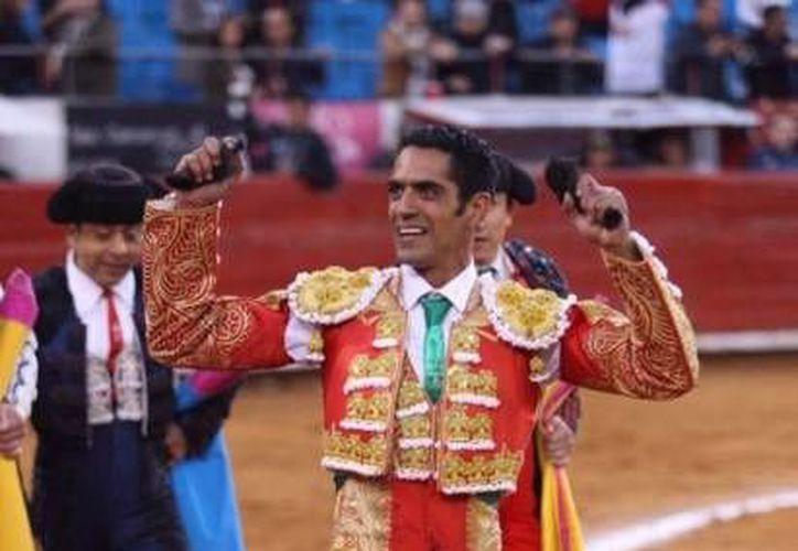 """El matador Ignacio Garibay consiguió dos orejas frente a un regular encierro de la dehesa de Arroyo Zarco. El capitalino triunfó sobre """"El Capea"""" y Mario Aguilar, quienes se fueron con las manos vacías de trofeos. (Twitter: @LaMexicoCom)"""