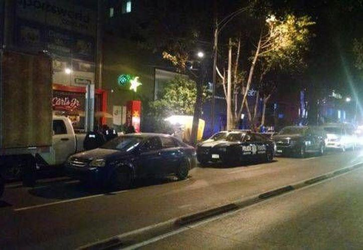 Las patrullas afuera del bar Sarao en Insurgentes, donde 27 mujeres fueron rescatadas como posibles víctimas de trata. (Milenio)