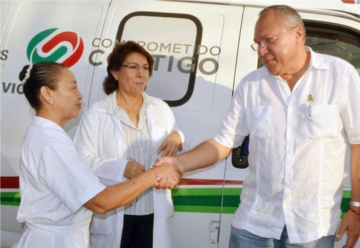 El secretario de salud, Rafael Alpuche Delgado, felicitando al personal que se capacitó en el curso Pronto. (Redacción/SIPSE)