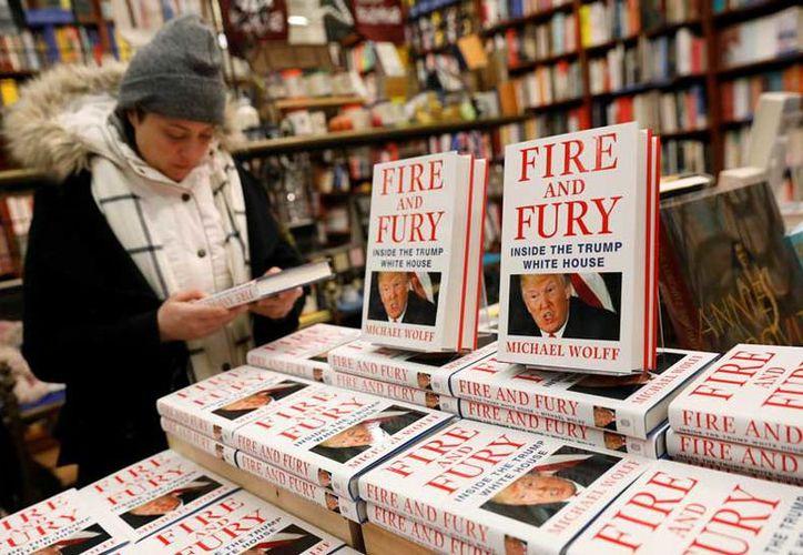Cientos de personas se amontonaron afuera de una librería para comprar un libro sobre Donald Trump. (Excélsior)