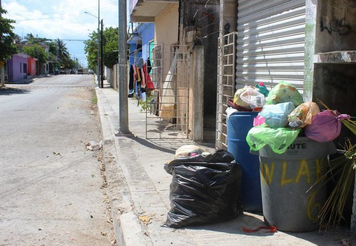 Los habitantes señalan que la recolección de basura demora hasta tres días en pasar por los desechos. (Octavio Martínez/SIPSE)