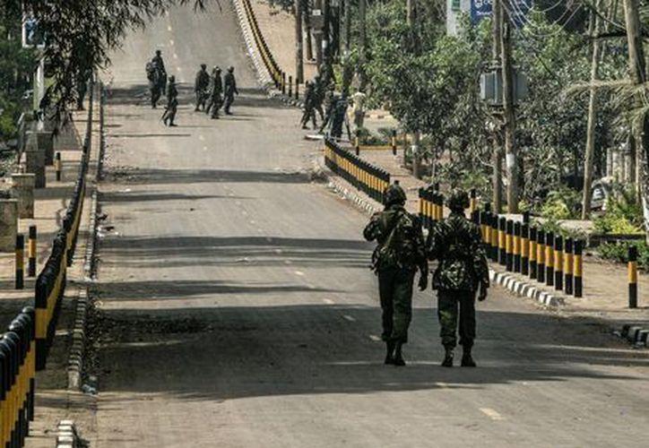 Varios soldados patrullan las calles tras un atentado en el centro comercial Westgate en Nairobi. (Archivo/EFE)