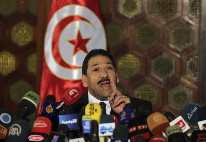 El ministro de Interior tunecino, Lutfi Ben Yedu, confirma en rueda de prensa la muerte de Kamel Gadgadin, en un enfrentamiento entre un grupo de hombres armados y fuerzas de seguridad tunecinas. (EFE)