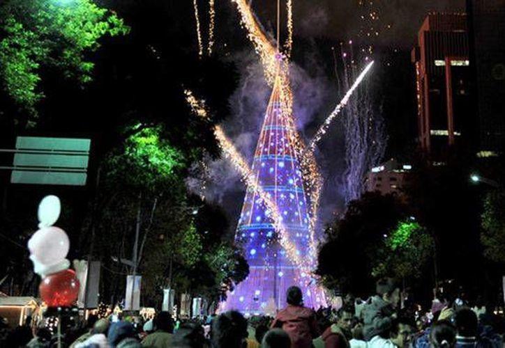 El árbol de la Avenida Reforma, en México, ostenta el título de árbol de Navidad artificial más alto del mundo: tiene 110 metros, y 1.2 millones de luces. (diariocritico.com)
