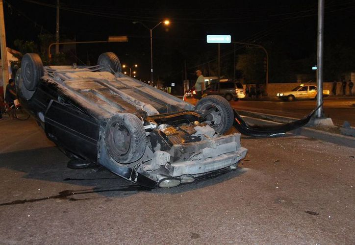 Un vehículo Dodge Neón volcó con sus 4 pasajeros en la calle 69, cerca de la ex Fuente Maya. Imagen del auto con las llantas para arriba. (Martín González/SIPSE)