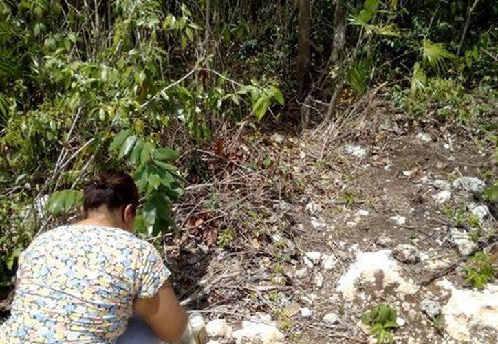 Colocaron una veladora y una botella de agua donde encontraron el cuerpo de la menor. (Eric Galindo/SIPSE)
