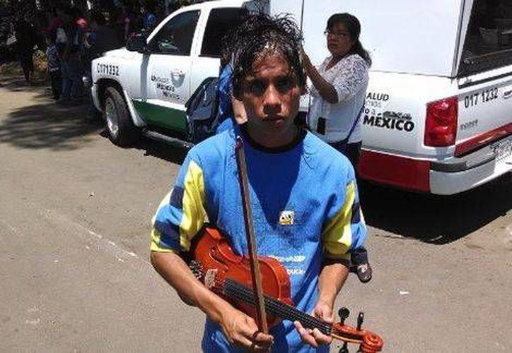 Freddy se consuela porque sabe tocar el violín y el piano y con ello espera hallar trabajo como músico. (Fotos: Milenio)