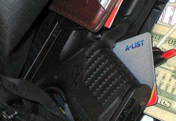 Fotografía  tomada en abril de 2013 en el aeropuerto internacional de Indianápolis muestra un arma que fue confiscada de un equipaje de mano en el aeropuerto. (Agencias)