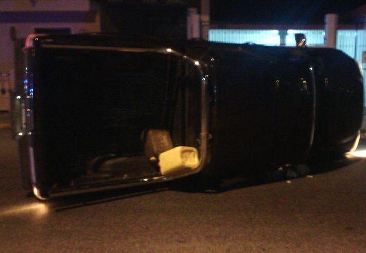 La camioneta que manejaba el joven alcoholizado quedó volcada sobre su costado en calles del puerto de Progreso. (Óscar Pérez/SIPSE)