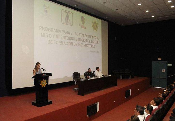 Aspecto de la inauguración del curso para enseñar a policías de Yucatán cómo abordar a los jóvenes involucrados en delitos y también para promover la prevención. (Oficial)