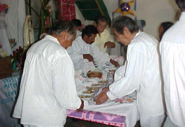 Dignatarios mayas durante su reunión en el municipio. (Manuel Salazar/SIPSE)
