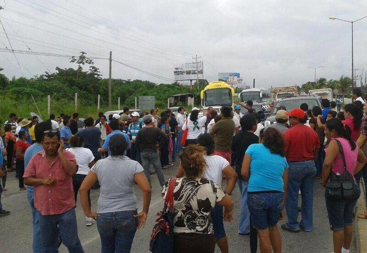 Los docentes cerraron la circulación en el bulevar Luis Donaldo Colosio. (Teresa Pérez/SIPSE)