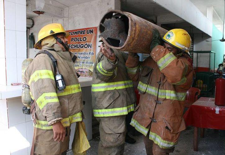 Bomberos extrajeron el tanque de gas del mercado nuevo. (Redacción/SIPSE)
