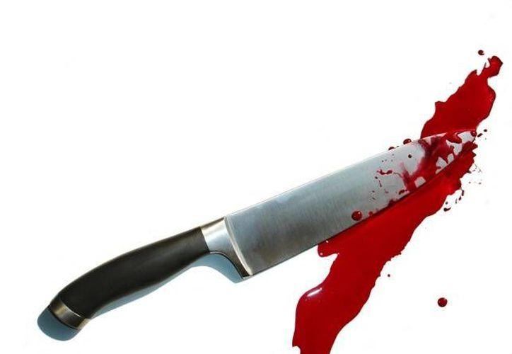 La mujer se ensañó contra el hombre, pues aún herido lo persiguió para asestarle más cuchilladas. (Internet)