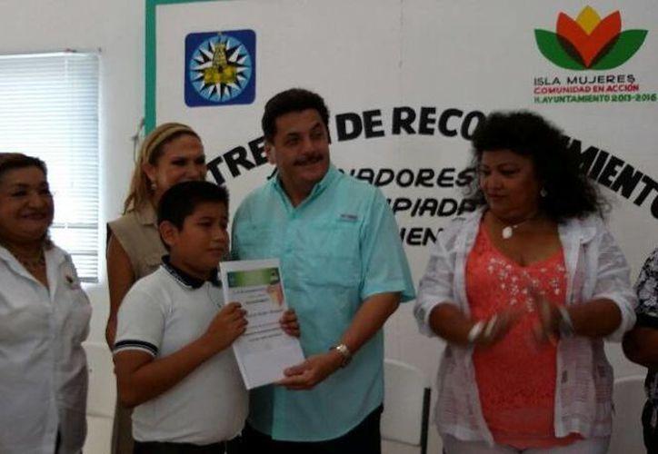 El presidente municipal de Isla Mujeres, Agapito Magaña Sánchez, encabezó la entrega de reconocimientos. (Redacción/SIPSE)