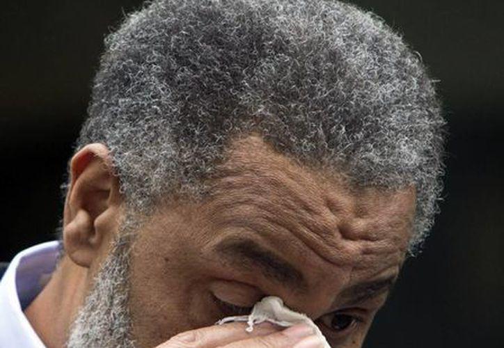 Anthony Ray Hinton se seca las lágrimas al salir de la prisión, en la cual pasó 30 años acusado de dos asesinatos cometidos en 1985. (Agencias)