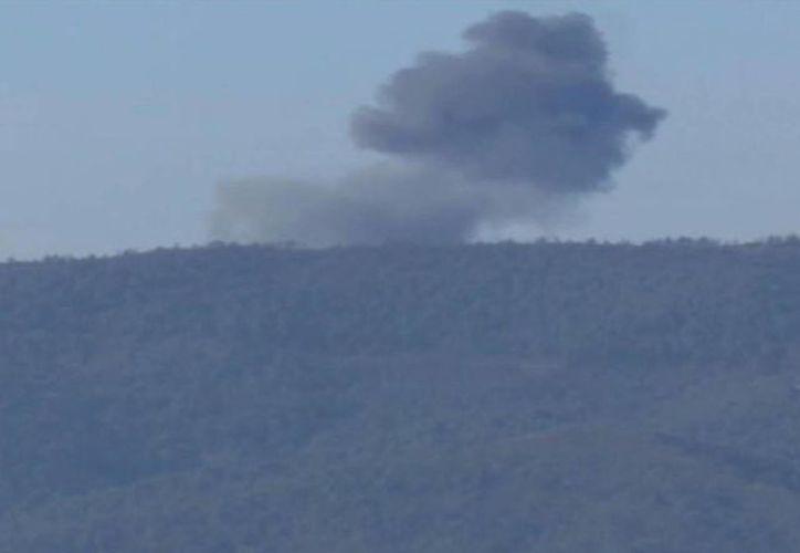 Imagen tomada de un video en el que se puede ver el humo del avión ruso derribado por Turquía. El piloto fue rescatado con vida. (AP)