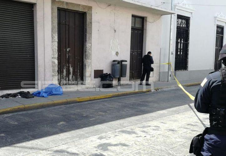 Policías municipales descubrieron que el indigente se encontraba muerto al acercarse a pedirle que se retire del lugar sin obtener respuesta alguna.