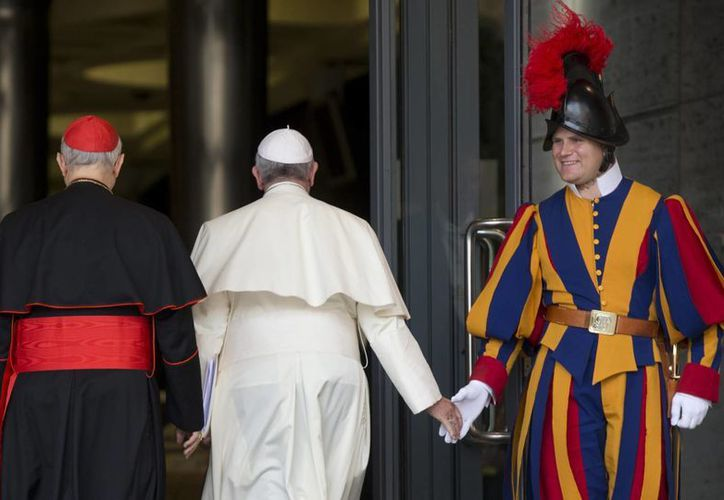 El Papa Francisco saluda a un guardia suizo a su arribo a la sesión de este jueves en el Sínodo de la Familia que se realiza en la Santa Sede. (Foto: AP)
