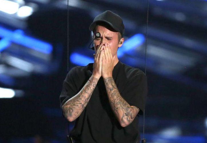 La semana pasada el portal de 'Daily News' publicó una serie de fotografías donde la estrella juvenil, Justin Bieber, aparecía sin ropa durante sus vacaciones en Bora Bora. El intérprete de 'What Do You Mean?' externó su molestia por este suceso. (Archivo AP)