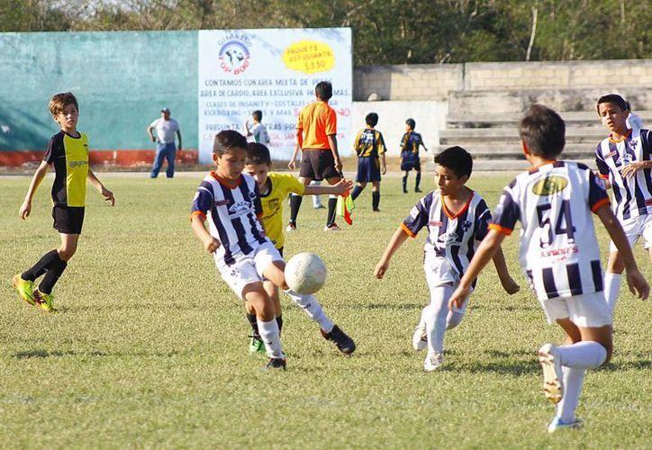 Rayados Mérida avanzó a semifinales al derrotar 3-2 al Instituto Cumbres, en la categoría Niños Héroes. (Juan Carlos/SIPSE)