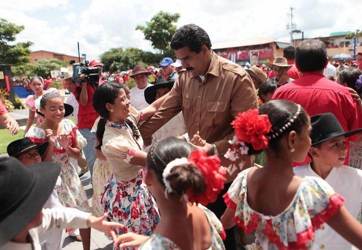 Maduro aseguró que Chávez está feliz 'departiendo con su pueblo'. (EFE)