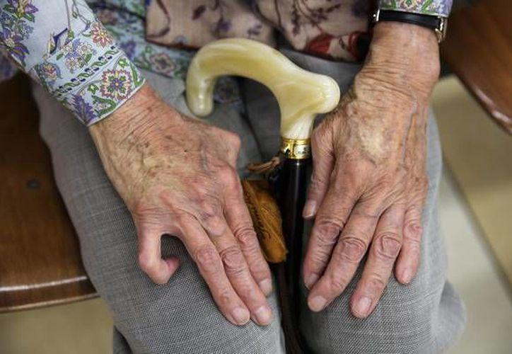 Permanecer sentados por mucho tiempo, sobre todo después de cierta edad, puede acelerar el envejecimiento hasta ocho años. (foto: Ansa)