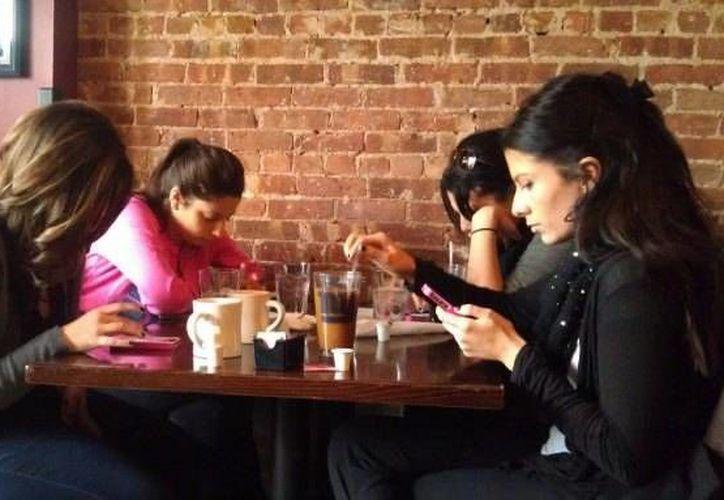 Los restaurantes experimentan 36 casos de phubbing en cada sesión de cena. (Foto de Contexto/unocero.com)