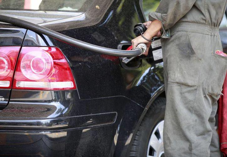 La Secretaría de Hacienda niega que se esté barajando un nuevo impuesto para aplicar a los combustibles. (Archivo/Notimex)