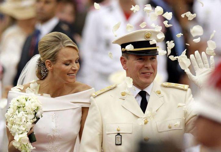 Alberto II y Charlene, príncipes de Mónaco, que se casaron en el 2011; hoy anunciaron que esperan a su primogénito. (Agencias/Archivo)