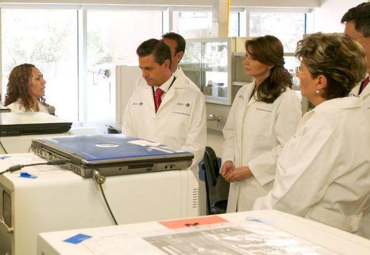 Portando batas de médicos, el presidente Enrique Peña y su esposa Angélica Rivera recorrieron las instalaciones del nuevo Instituto de Diagnóstico y Referencia Epidemiológicos. (presidencia.gob.mx)