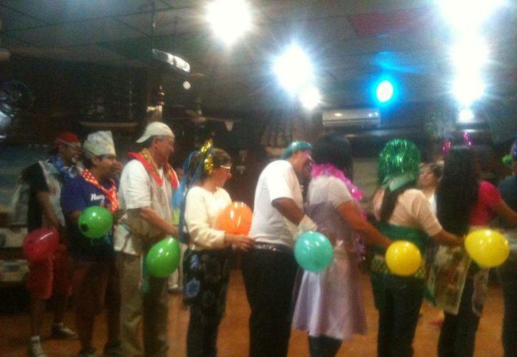 Los asistentes se disfrazaron de princesas, payasos y magos para realizar diferentes actividades grupales. (Redacción/SIPSE)