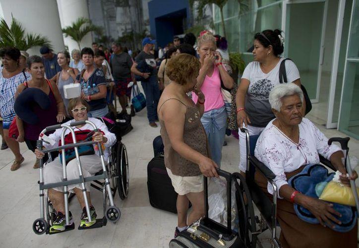 Ante la inminente llegada del huracán 'Patricia', miles de personas esperan refugiarse en albergues habilitados en cuatro estados. (AP)