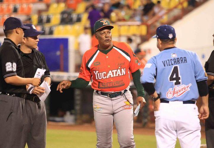 El manager Orlando Sánchez (c)  va por cinco extranjeros para reforzar a Leones de Yucatán. (Milenio Novedades)