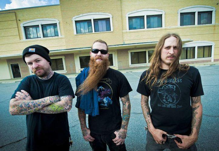 En foto sin fechar, al centro, el bajista de Black Tusk, Jonathan Athon, junto al baterista James May (i) y el guitarrista Andrew Fidler. (Foto: AP)