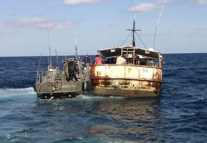 Elementos de la Armada rescataron a los tripulantes de un velero que quedó fuera de control. (Foto de archivo de SIPSE sobre el rescate de cubanos ilegales en febrero pasado)