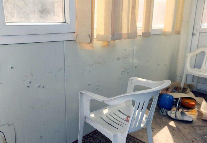 Vista de los daños ocasionados por el ataque de integrantes del Estado Islámico dentro de la embajada surcoreana en Trípoli, Libia. (EFE)