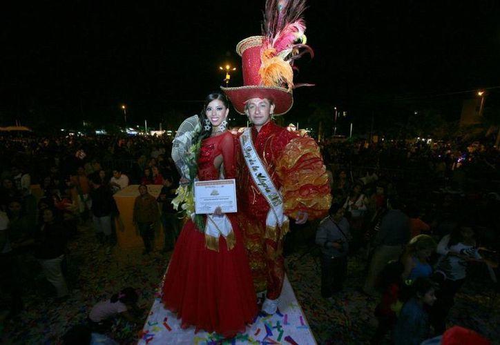 La reina Madelein Josahan y el rey del carnaval durante la presentación. (Israel Leal/SIPSE)